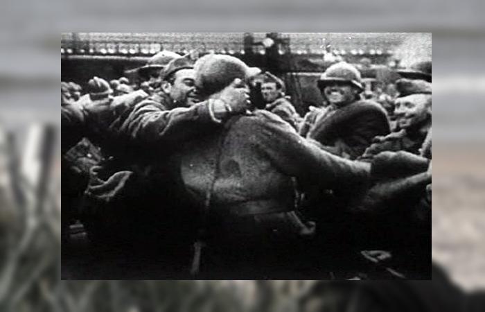 사진: 덩케르크 철수 작전을 성공한 후 살아남은 병사들이 기뻐하고 있다. 덩케르크 뜻이 다시 한번 오버랩되는 사진이다. 영화 덩케르크의 배경은 젊은 병사들의 이야기라고 봐도 좋다. [덩케르크의 기적 내용]