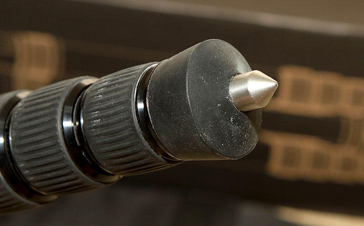 삼각대 추천 ,시루이 삼각대, K-20X ,N-2204X ,개봉기,삼각대,SIRUI,G10,볼헤드,볼헤더,IT,제품리뷰,삼각대 추천 제품으로 시루이 삼각대를 소개합니다. SIRUI K-20X N-2204X 개봉기를 통해서 이 제품의 편리함을 알아볼 텐데요. 물론 조금 아쉬운 부분도 있긴 하지만, 그것을 상쇄시킬 정도로 장점이 상당히 많습니다. 이 제품 전에 사용하던것도 제가 예전에 삼각대 추천한다면서 소개했던 시루이 삼각대 T-1004X G-10 인데요. 비교적 저렴하면서도 상당히 튼튼한 삼각대로 너무 좋았습니다. 물론 지금도 사용 중입니다. 제가 왠만한 제품이면 이렇게 삼각대 추천한다고 글을 쓰진 않을텐데요.  시루이 K-20X N-2204X 는 정말 괜찮아서 소개를 합니다. 예전에 철제로 된 정말 저렴한 삼각대를 소개한적이 있습니다. 그런데 철제로 된 삼각대들은 무겁기도 하지만, 오래 견디지를 못하더군요. 가격은 저렴해서 너무 좋았는데 실제로 써보면 오래 못견디고 A/S도 힘들더라는 것 이었습니다. 시루이 K-20X N-2204X는 카본재질로 된 삼각대 그리고 상당히 튼튼한 볼헤더를 가진 제품 입니다. 가볍고 튼튼해서 오래 사용할 삼각대로 적당합니다. 무거은 카메라나 캠코더를 올려놓더라도 안정감있게 사용할 수 있습니다. 삼각대의 한쪽 다리를 뽑아서 모노포드로 사용도 가능합니다.