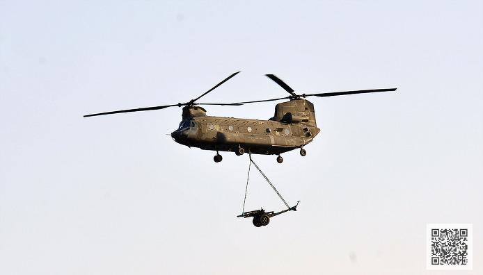 105mm 곡사포 수송 기동중인 CH-47 ⓒMediaPaPaer.KR 오세진 사진기자
