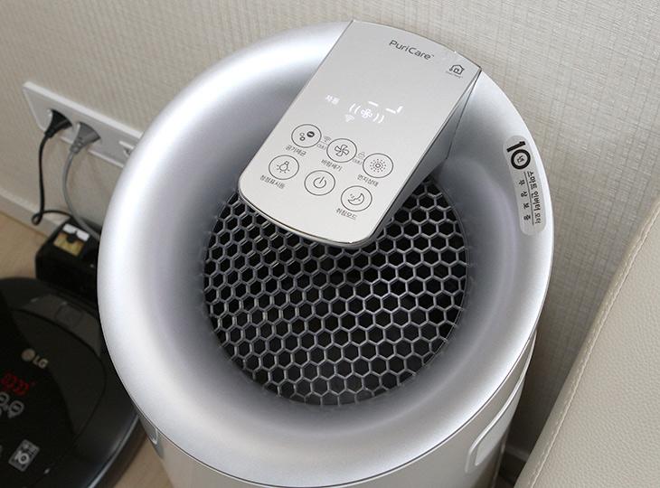 LG전자, 스마트씽큐 허브 ,인공지능 ,스피커, 스마트홈, 즐겨보자,IT,IT 제품리뷰,이제는 집에 있는 가전기기들을 음성으로 제어할 수 있습니다. LG전자 AI 스피커 스마트씽큐 허브 음성 인식 스피커로 스마트홈 만들고 즐기는 방법에 대해서 이야기해보려고 합니다. 어렵지 않게 구성이 가능 한데요. LG 스마트씽큐 허브만 있으면 됩니다. 집에 있는 에어컨과 공기청정기 등을 음성 명령으로 켜거나 끌 수 있습니다. 바쁜 시간대에 가전기기에 직접 가거나 리모컨을 찾을 필요없이 말로 명령할 수 있으니 편리합니다. 과거에는 말 한마디면 집에 있는 가전기기들이 척척 움직이는 것을 보고 미래의 이야기라고 했지만 이제는 누구나 쉽게 이런 스마트홈을 만들 수 있습니다.