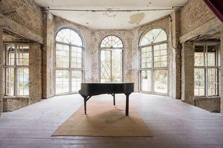 폐허 속에 덩그러니 남겨진 피아노