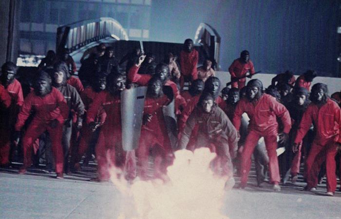 사진: 혹성탈출4에서 유인원들이 인간에 대항해서 혁명을 일으키는 장면. 혹성탈출3에서 과거로 온 코넬리어스 부부의 아들 시저는 이들의 지도자가 된다. [혹성탈출 시리즈 - 혹성탈출4의 줄거리와 결말]