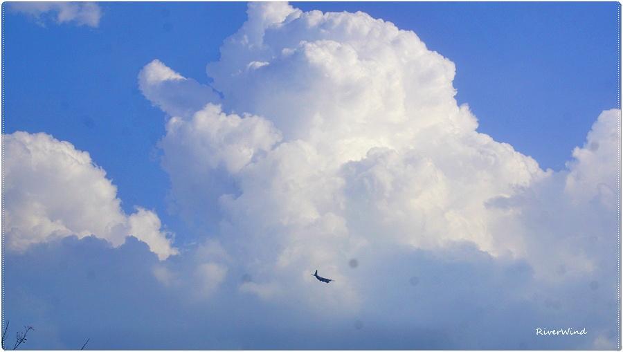 뭉게구름과 비행기
