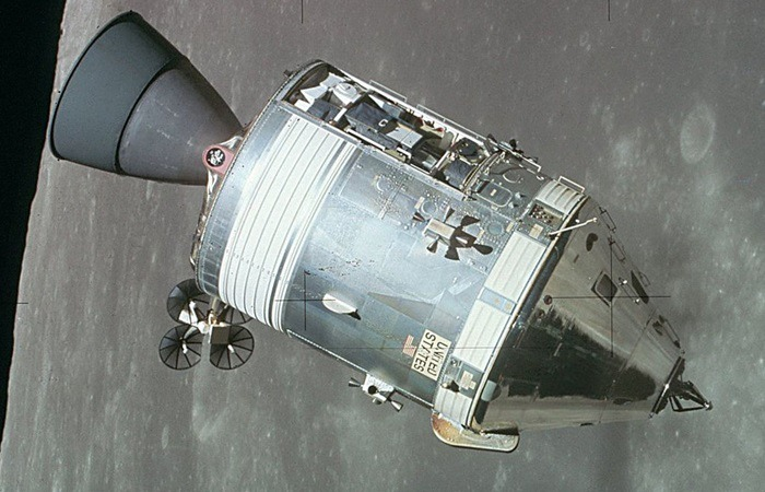 사진: 아폴로 우주선. 미국 나사는 소련과 치열하게 우주선 발사 경재을 하던 중 액체의 제어라는 필요성에 의해 자성유체란 것을 발명하게 되었다. [아폴로 계획, 나사의 자성유체 발명]