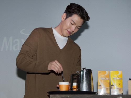맥심 김우빈 커피 타기